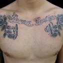 Tatuaje-letras-y-rosas en el pecho