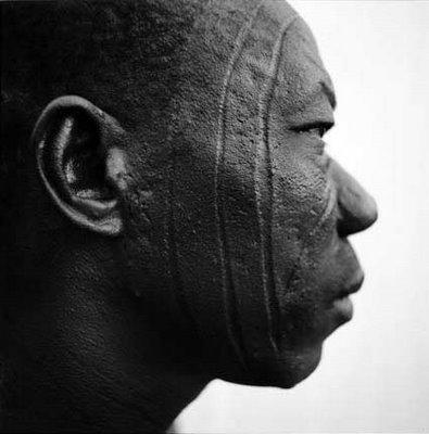 Escarificaciones faciales de hombre de Burkina Faso