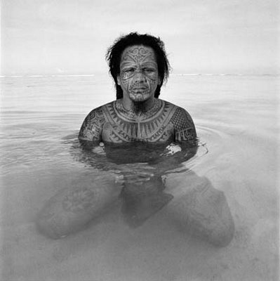 Guerrero Tahitiano con tatuaje facial tradicional