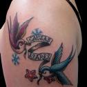 Tatuaje Golondrinas y Pergamino