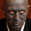 Un hombre con todo su cuerpo tatuado es candidato a la presidencia de la Republica Checa