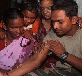 Un tatuaje ayuda a reunir una familia india