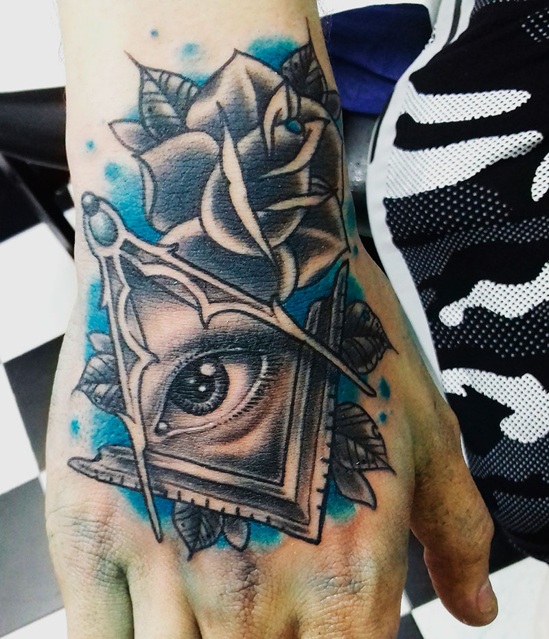 Tatuaje Illuminati Mano Vallekas Tattoo Zone