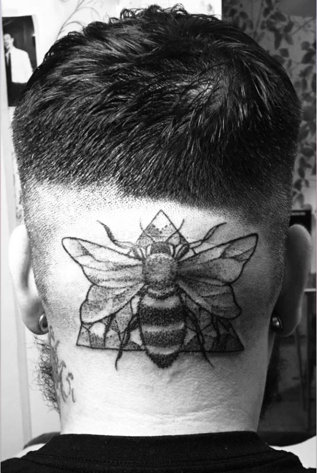 tatuaje cabeza nuca