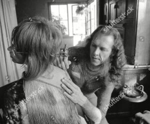 Lyle tatuando a una mujer