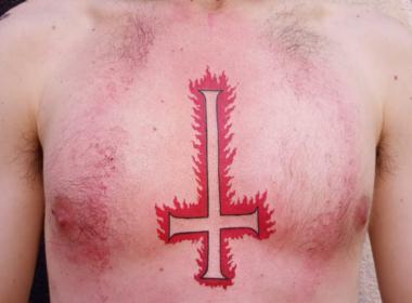 Tatuaje-Cruz-Invertida-Adiendo