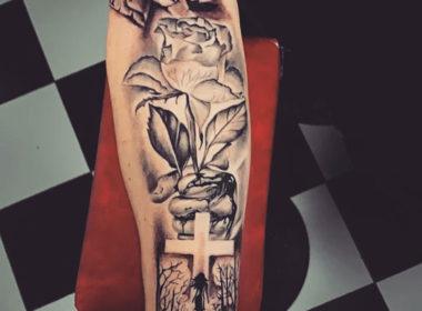 tatuaje rosa mano y cruz