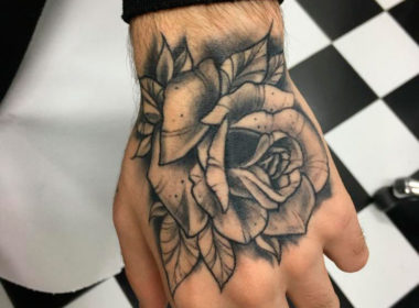 Tatuaje-Rosa-Tradicional-en-la-mano