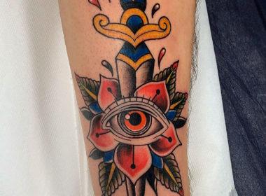 Tatuaje Tradicional Flor y Daga