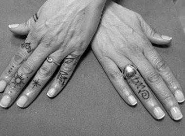 Tatuaje Simbolos dedos